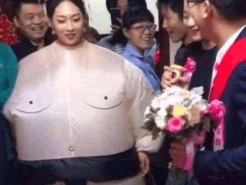 """新娘婚礼上穿""""相扑装"""",造型逗翻来宾,躺下的那刻,新郎笑了"""