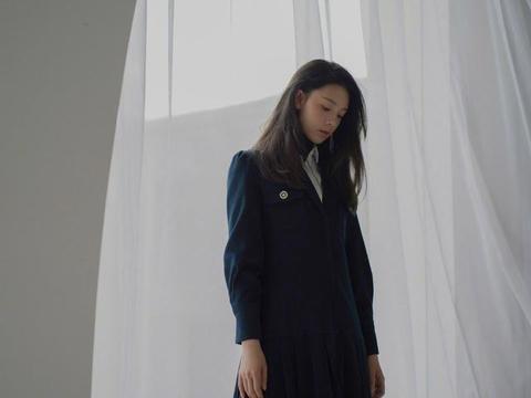 她在剧中一人分饰两角,今穿黑色大衣裙搭白衬衫,知性又减龄