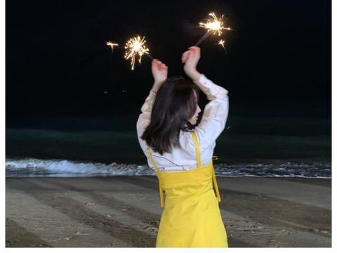 孟美岐身穿白色衬衫搭淡黄色长裙,简洁又干练,清新又甜美!