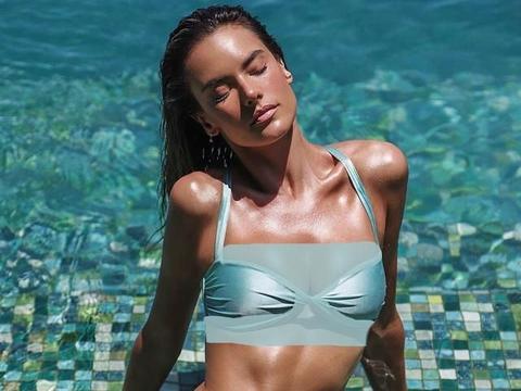 超模齐晒性感泳装照,穿比基尼大胆俯身拍,素颜晒日光浴也超美