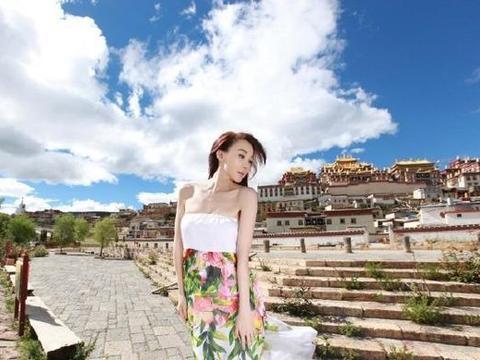"""""""台湾第一美女""""萧蔷晒照,穿抹胸长裙身材好,51岁状态不错"""