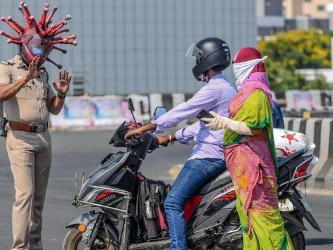 """印度又出奇招!警察戴恶心""""新冠病毒头盔"""" 吓小孩赶快回家"""
