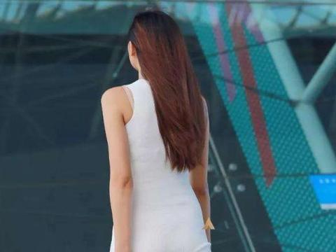 街拍:白色连衣包臀裙,贴身的版型,勾勒曼妙的美好身段