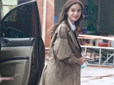 baby复工图放出,白衬衫搭棕色长风衣,微卷长发增添女人味