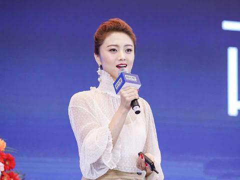 王小玮身材真好,白色蕾丝上衣搭配半身裙凹凸感十足,减龄又时髦