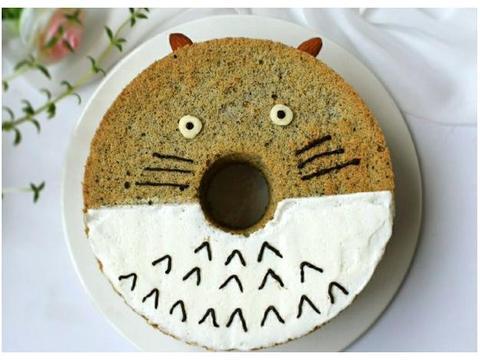超形象的龙猫戚风蛋糕,黑芝麻棉花糖点缀,一看就爱不释手