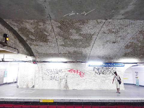 实拍法国巴黎地铁站,装修非常简陋,墙上布满涂鸦,黑人还特别多