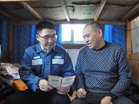 南方电网贵州安顺供电局驻村第一书记严召波带领洛麦村脱贫奔小康