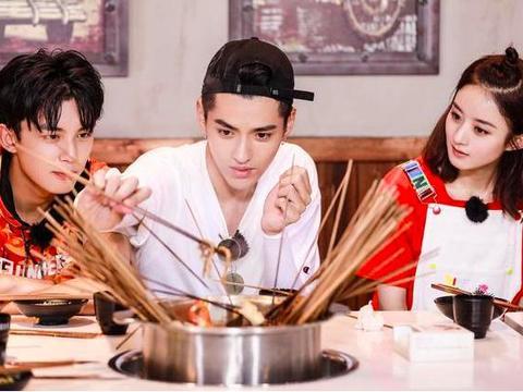 赵丽颖很大气,吃烤串还主动分享给大伙,冯绍峰老婆另捧一碗面