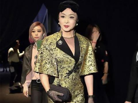 金星真会穿,金色紧身旗袍秀优雅身段,宽松斗篷遮不住丰满好身材