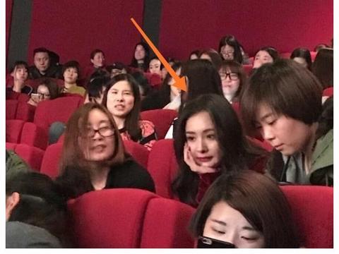 杨幂去电影院看电影,生图颜值被网友拍到,顿时美成了全场焦点!