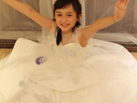 """童星刘楚恬才10岁,就穿自己""""设计""""的婚纱,有多成熟都不知道"""