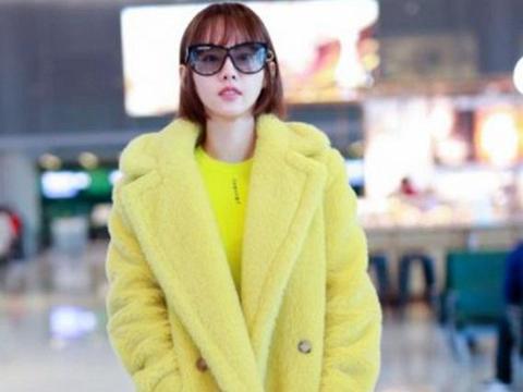 辣妈张嘉倪穿鹅黄色大衣,画风好少女,简约又保暖显白又显气质