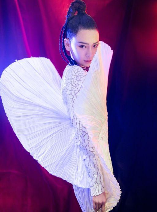 """戚薇按照""""贝壳外形""""设计出裙子穿上,看到身材,真是量身定做"""