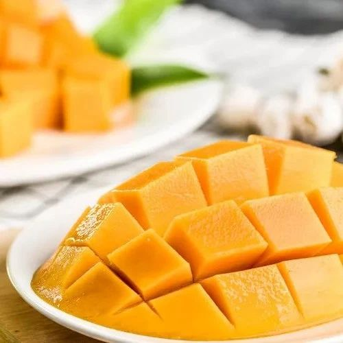 这样剥芒果,不流汁不脏手,还不浪费果肉!