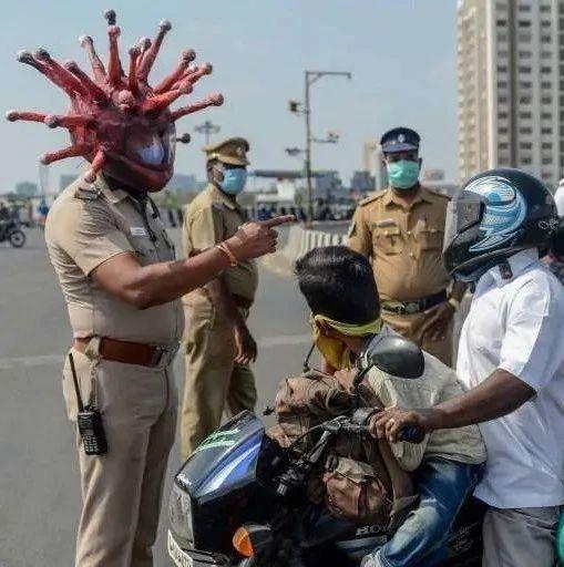 印度硬核抗疫:警察戴新冠头盔执法 | 图说