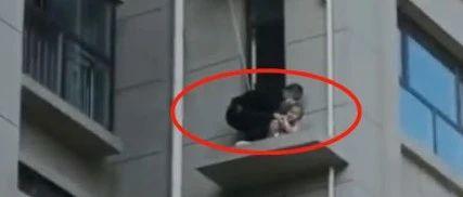 事发河北!幼儿被困18米高空调板!生死时刻,他出现了!