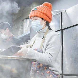"""四川志愿者刘仙免费为武汉医务人员送上两万余份热饭——""""雨衣妹妹"""" 义举暖心"""
