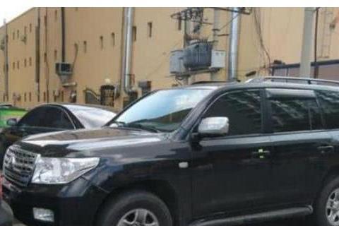 一台丰田车违停街头,路人怒斥咋不贴罚单,交警很无奈:我也想啊