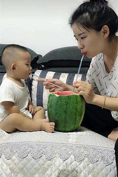宝宝不肯喝奶, 妈妈却带着吃西瓜, 爸爸走近看清后乐坏了