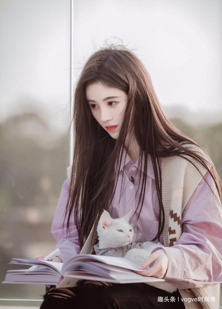 鞠婧祎真人秀造型曝光,粉色衬衫搭配破洞牛仔裤,少女感十足!