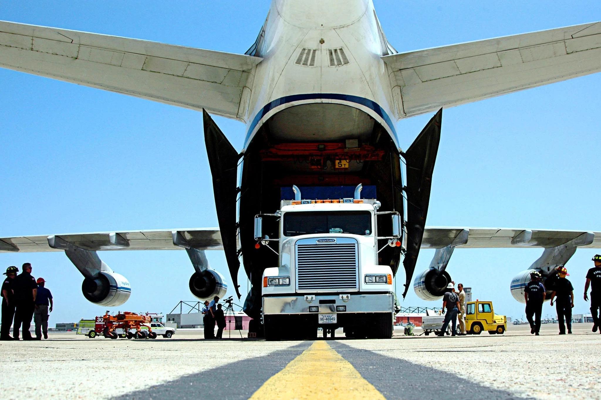400吨大运直航北美 里面装啥?12架战机接力护航 美:雪中送炭!
