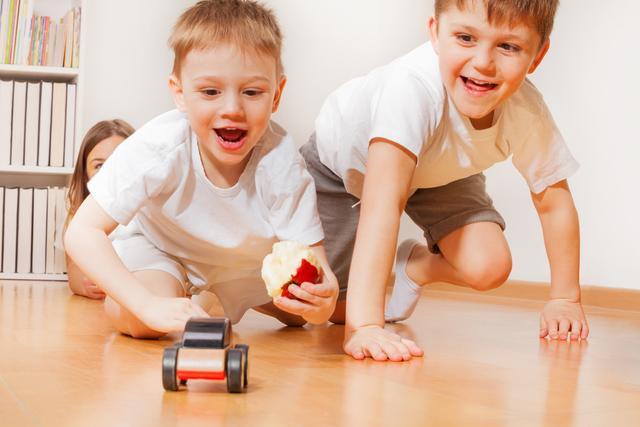"""孩子自私守护玩具怎么办?父母做到""""3个原则"""",让娃主动变大方"""