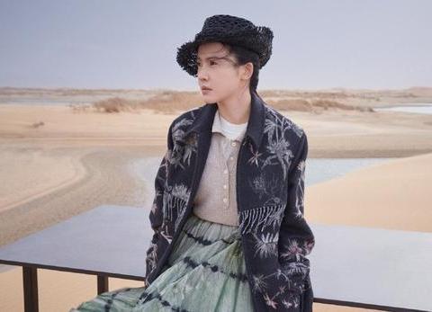 杨子姗是赵薇看中的人,身穿印花外套搭撞色百褶裙,复古感十足