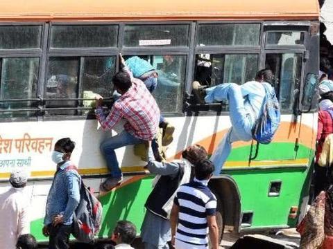 印度受工伤男子坐路边拆石膏,只为尽快走完剩下240公里回家隔离