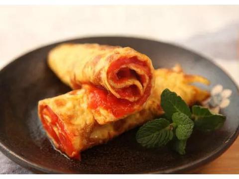 鸡蛋饼里卷点番茄,早餐来一盘