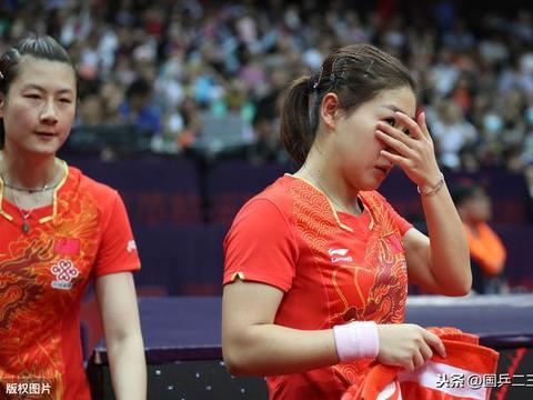 世界杯争议球!朱雨玲不服判罚导致比赛一度终止,刘诗雯拒绝让步