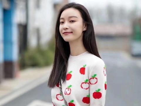 倪妮穿草莓图案短袖针织衫,清纯甜美女孩上线,喵总好甜
