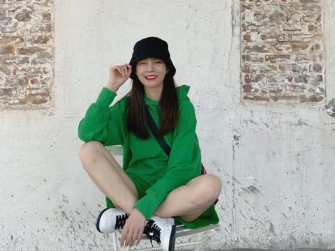她是主持人却屡次招黑,今穿绿色卫衣套装配渔夫帽,清新秀美腿