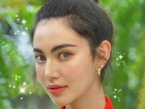 """她在泰国被称为""""十亿女主"""",今穿短袖牛仔裤,""""巴掌腰""""抢镜了"""
