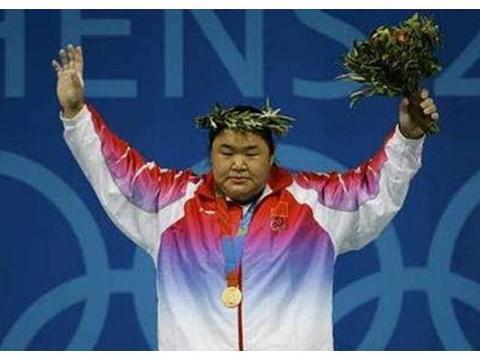 她是举重奥运冠军,曾为夺金牌内脏受损,退役后嫁帅气老公