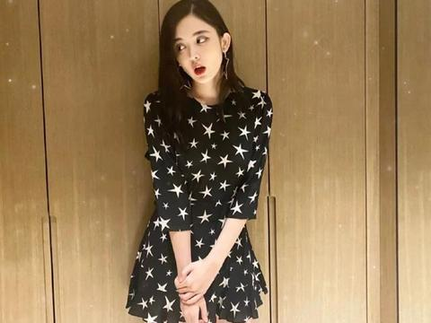 她出道即与胡歌刘诗诗合作,今穿黑色星星露背裙,好身材让人羡慕