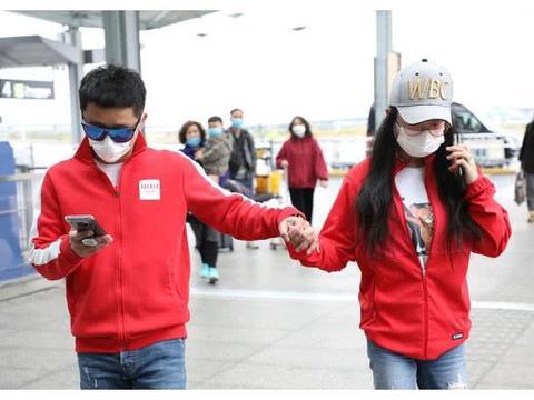 冉莹颖邹市明夫妇现身上海机场,穿红色情侣装撒狗粮,全程手牵手