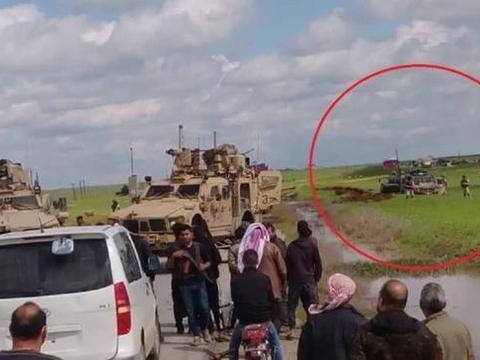 俄装甲车被逼入泥潭动弹不得!美军设卡拦截俄车队:就不让你过