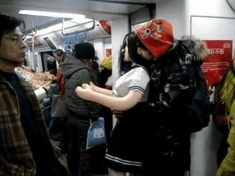 """男子带可爱""""女朋友""""乘地铁还亲昵互动, 旁边的女生一脸诧异"""