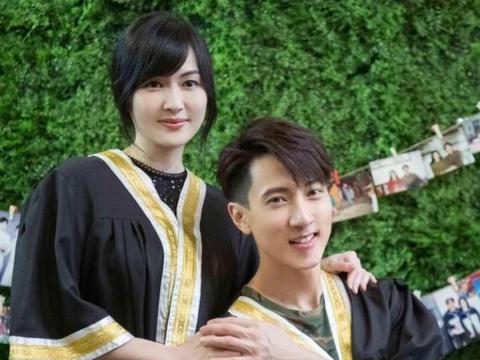 吴尊林丽吟重拍毕业照,两人都穿上学士服,颜值高到没有任何变化