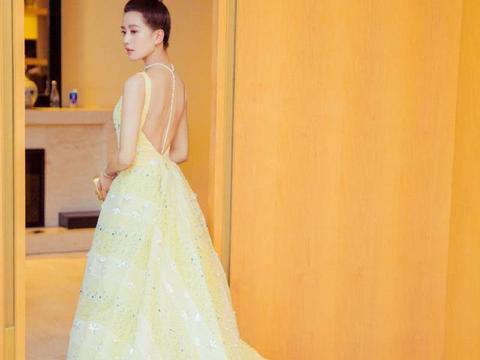 同是浅黄小裙子,关晓彤不规则款大秀美腿,刘诗诗露背裙优雅知性