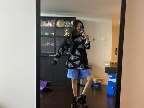宋妍霏私服更新,身穿黑色印花卫衣搭蓝紫短裤,完全宅家穿搭