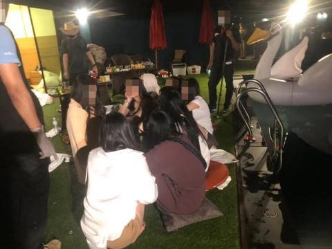 22名泰国年轻男女无视隔离禁令 开派对通宵狂欢 被警方突袭抓捕