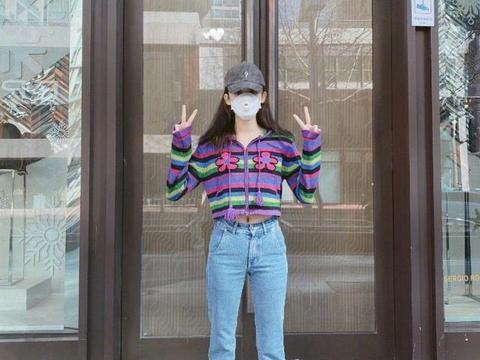 古力娜扎终于室外营业,彩虹条纹针织开衫搭阔腿裤,减龄效果满满