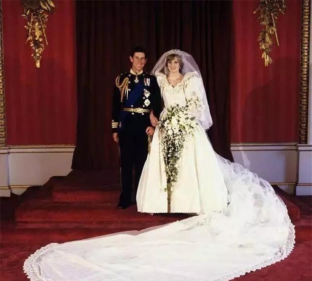 """输了查尔斯,戴安娜王妃却穿""""复仇小黑裙""""优雅地征服了全世界"""
