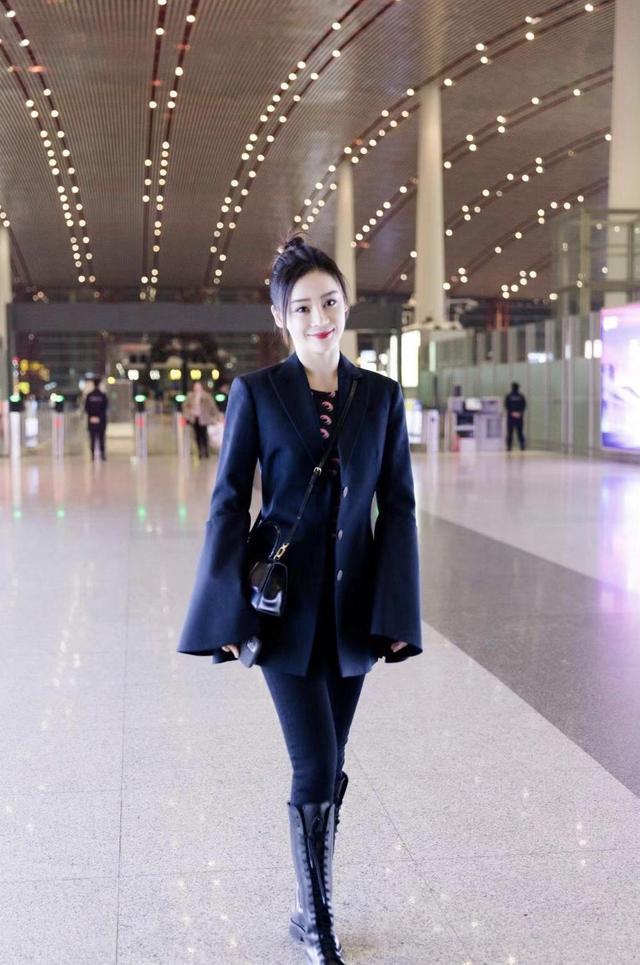 袁姗姗太会穿了,穿紧身牛仔裤配短外套干练时髦,扎丸子头变少女