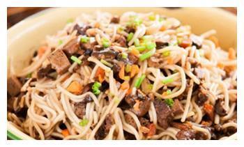 香菇豆干肉燥酱拌面,野生蜂蜜百花莲藕饼,肉末毛豆的做法