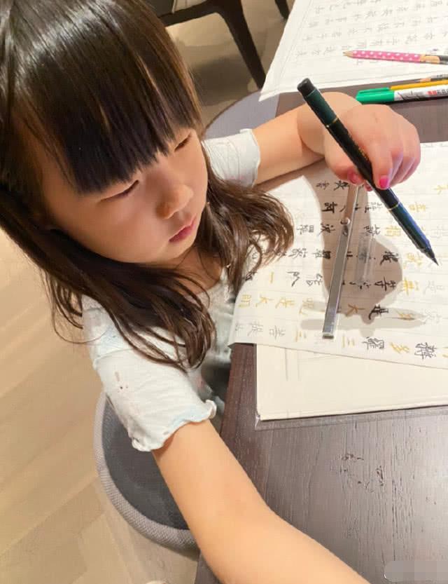 岳云鹏老婆晒小女儿照片,穿碎花裙子超可爱,跟爸爸一模一样