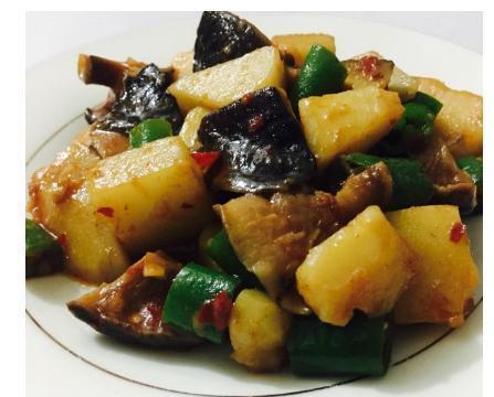 红烧土豆一定要选小土豆,它会更加软糯!