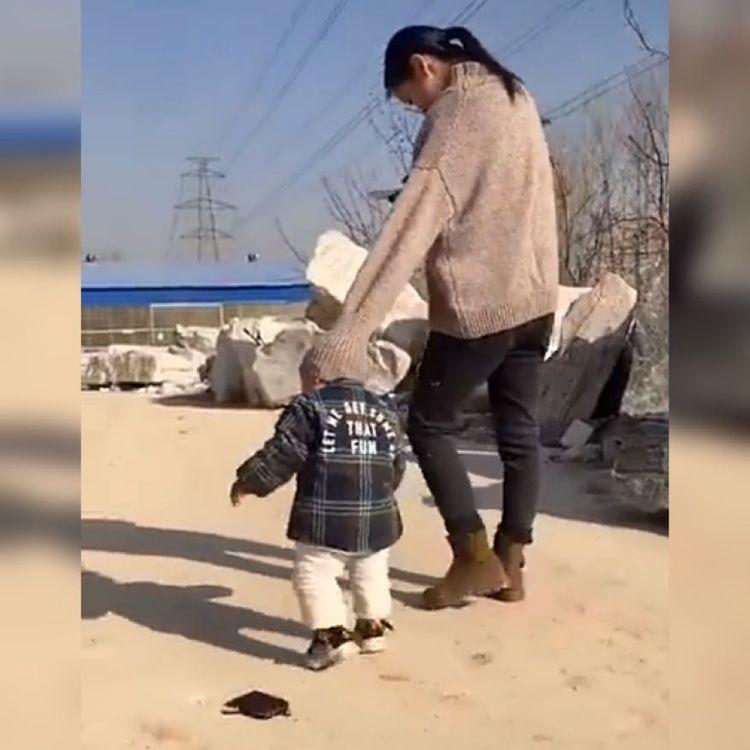 """萌娃因拥有了一顶""""新帽子""""火了,网友:这位宝妈也太有才了吧!"""